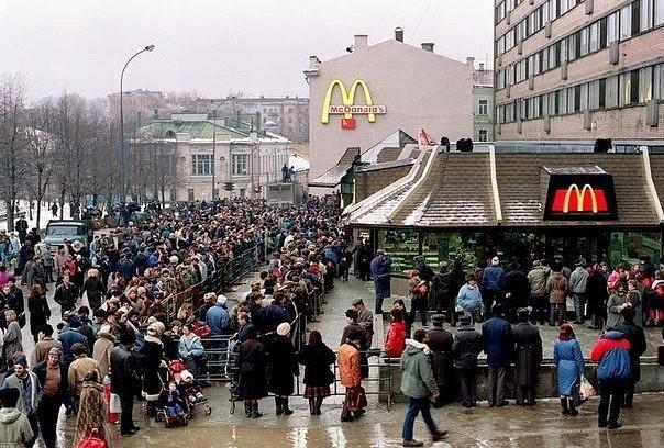 Очередь в первый McDonald's в Москве, 1990 год.