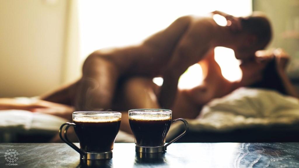 eroticheskie-foto-kofe-v-postel