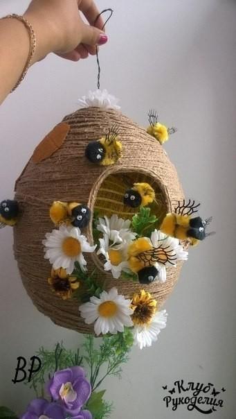 Поделка улей с пчелами из ниток