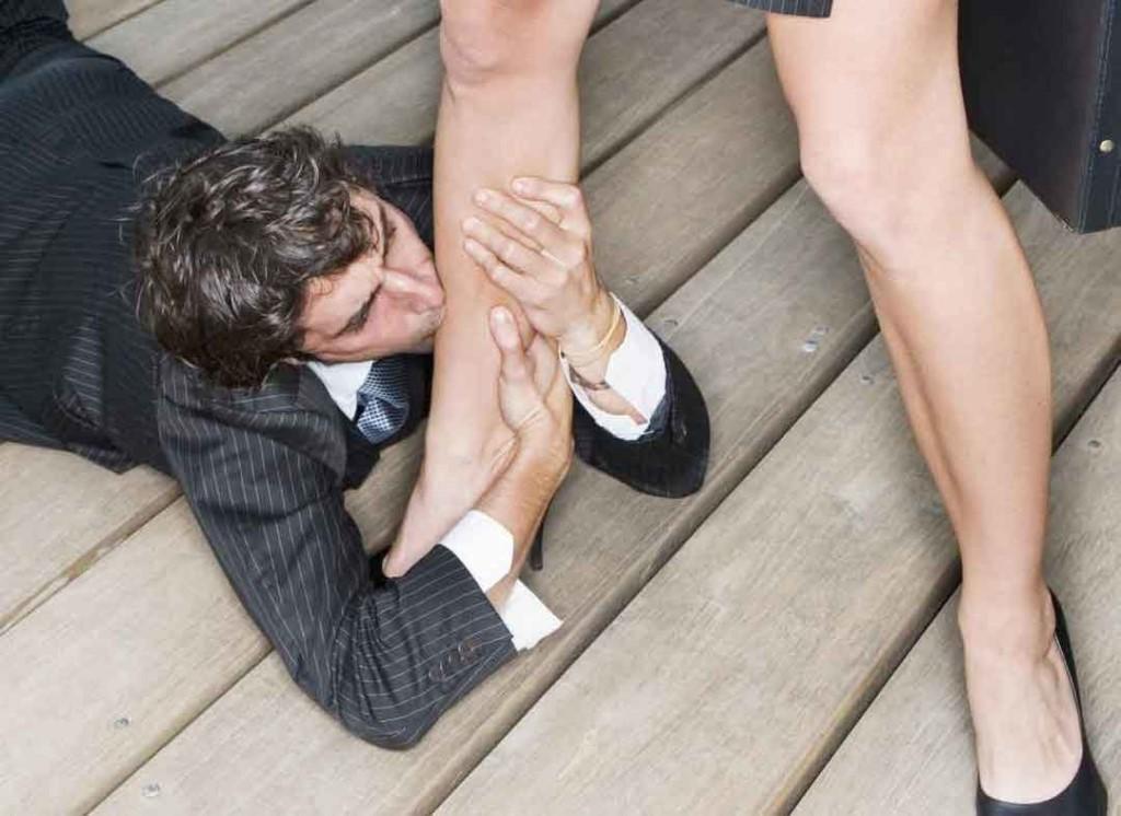 Парень целует женские ноги фото