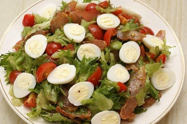 Листья салата порвите руками и выложите на тарелку для подачи.