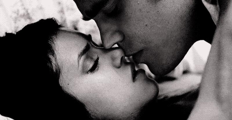 Нежно целую тебя в губы gif