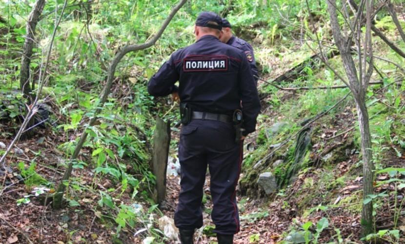 Двое накаченный полицейский поймали нарушителя в лесу видео