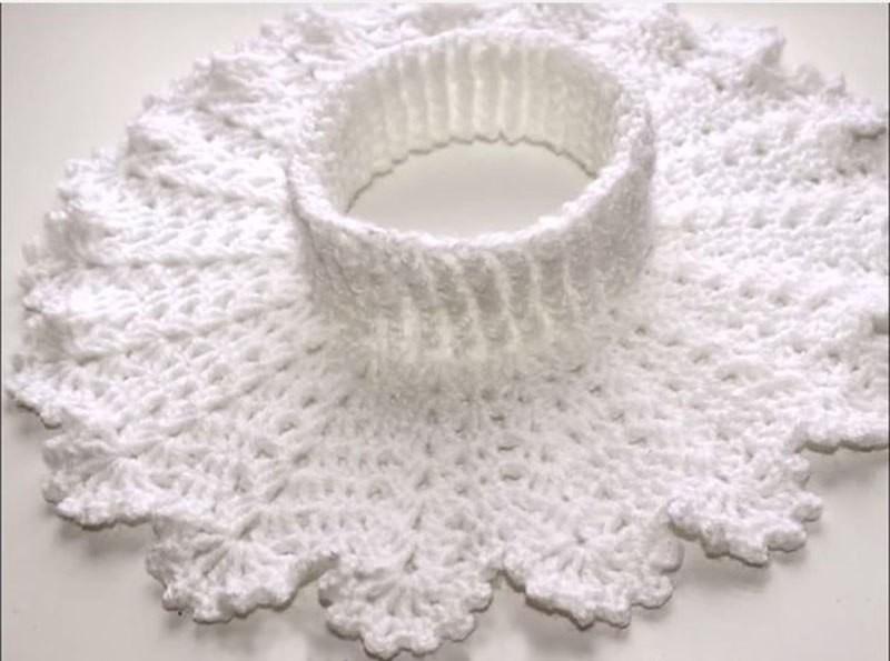 Но самыми практичными и наиболее теплыми будут манишки, выполненные из пряжи плотной текстуры.