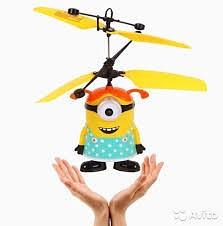 Летающий Миньон - забавный и веселый персонаж парящий в воздухе.