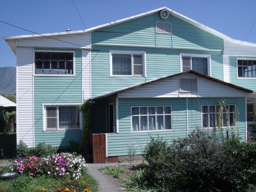 Продам благоустроенную двухэтажную квартиру в двухквартирном доме с участком 18 соток в центре с.
