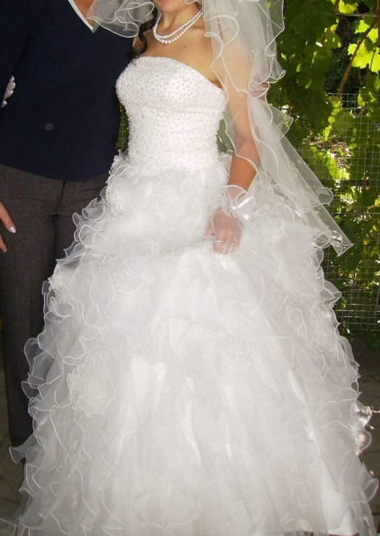 Продам свадебное платье в отличном состоянии 44 размер одевались всего раз,вместе с подюбником.