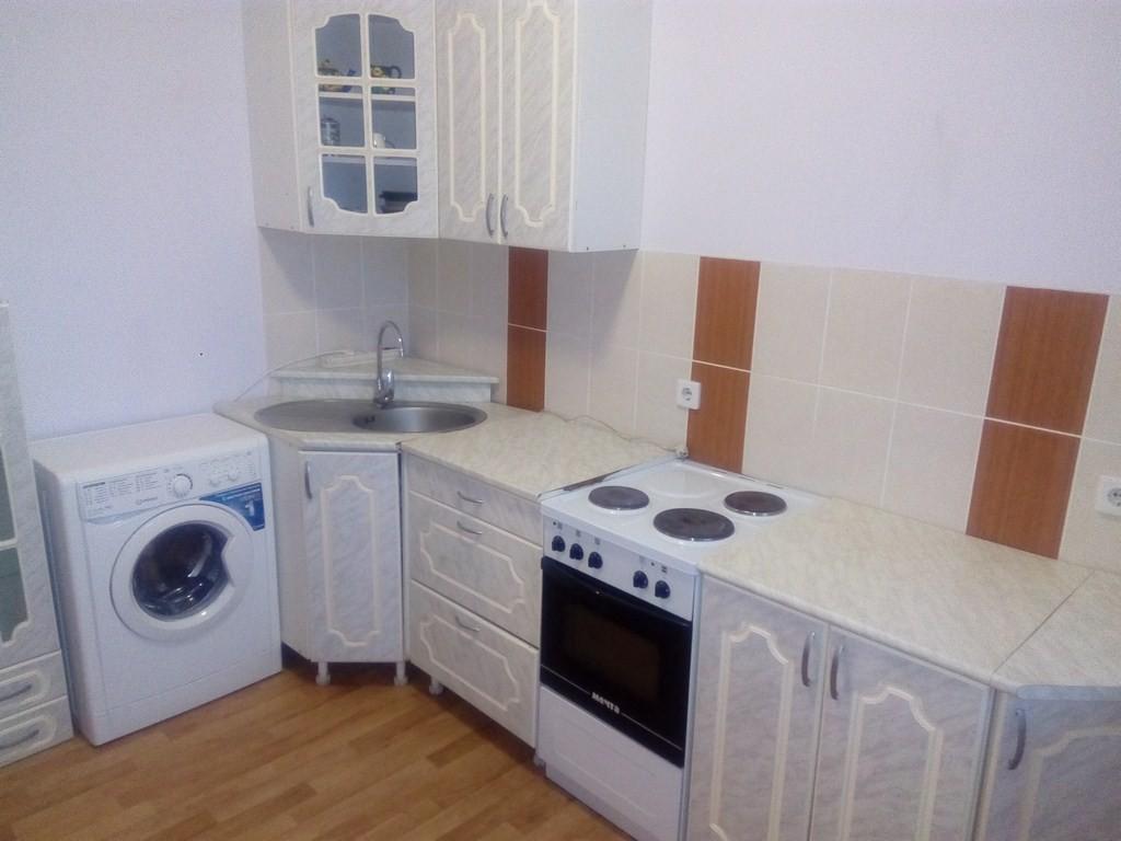сдам 1 комнатную квартиру в советском района на ул Курский 32/1 в отличном состоянии с хорошим ремонтом полностью есть вся мебель  техника для комфортного проживания цена 12тр+с.в.